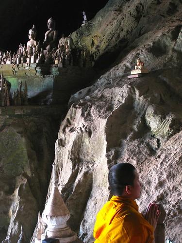 Monje orando en cuevas de Pak Ou