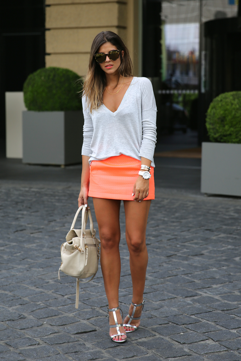 trendy_taste-look-outfit-street_style-ootd-blog-blogger-fashion_spain-moda_españa-primavera-orange-fluo-naranja_fluor_falda-sandalias_plata-silver_sandals-asos-basic_sweater-nine_west-2