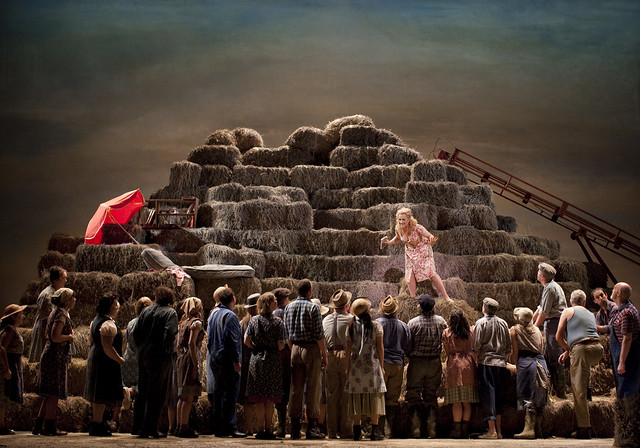 The Royal Opera Chorus in L'elisir d'amore © Johan Persson/ROH 2009