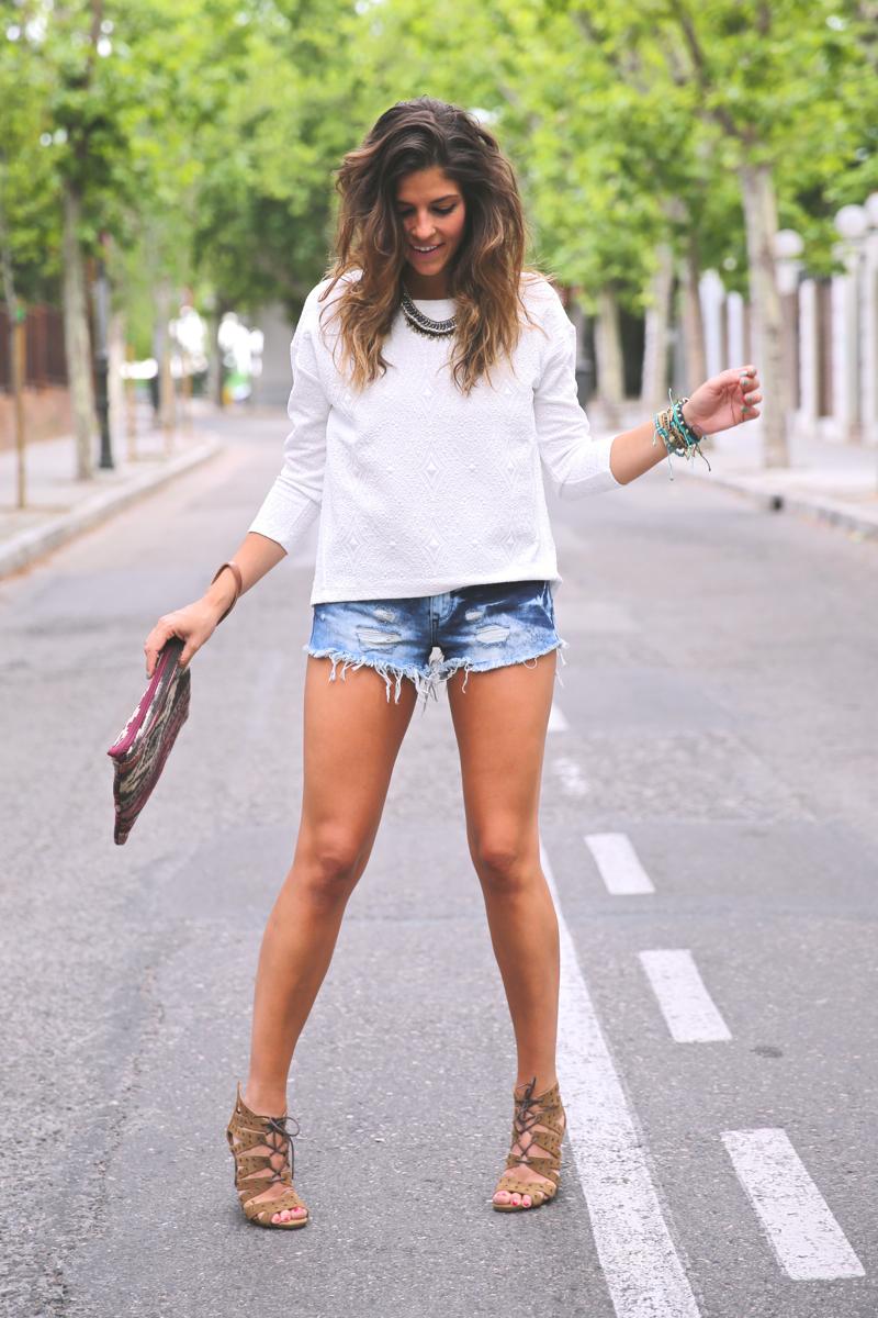 trendy_taste-look-outfit-street_style-ootd-blog-blogger-fashion_spain-moda_españa-denim_shorts-shorts_vaqueros-top_blanco-white_top-sandalias_cordones-ethnic_cluth-clutch_etnico-el_corte_ingles-10