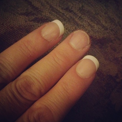 The @kissproducts Everlasting French nails lasted 5 days. I moved/unpacked boxes, did a ton of dishes, and cleaned today. I lost my first nail tonight. I would definitely recommend them for a weekend or short term wear. @influenster #springvoxbox #sponsor