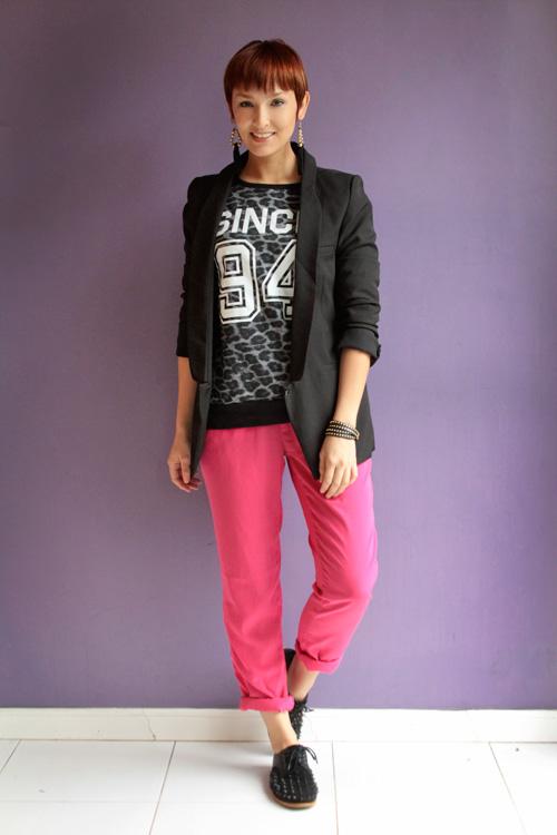 A blogueira Tamy com calça pijama e oxford masculino