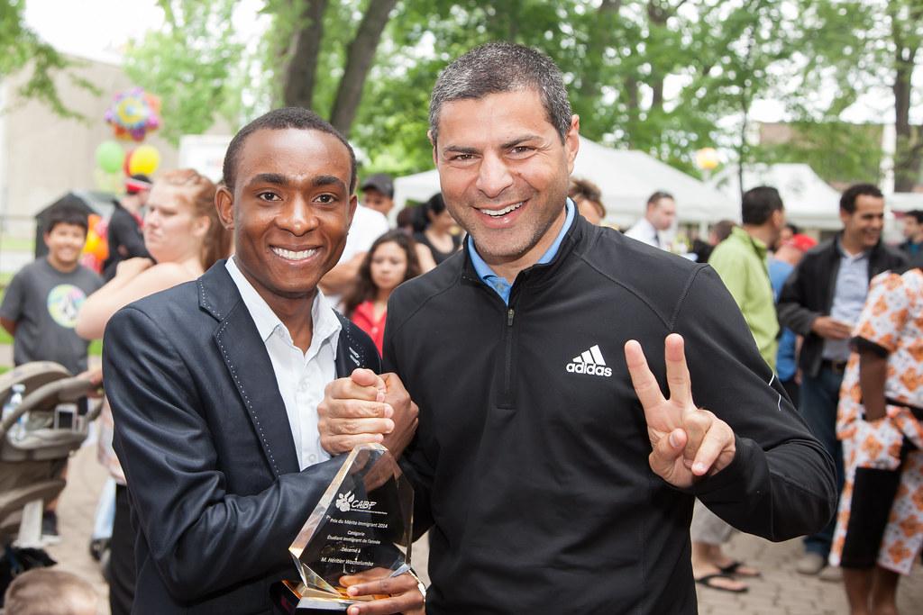 Le maire Alain Rayes accueillant un nouveau résident lors de la Fête de la Diversité Culturelle 2014