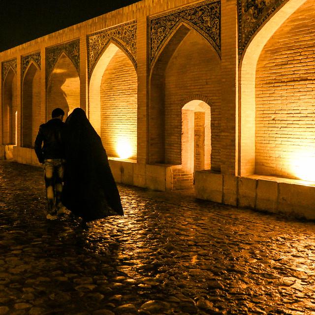 Lovers walking on the Khaju bridge in the night, Isfahan イスファハン、ハージュー橋を歩く恋人たち