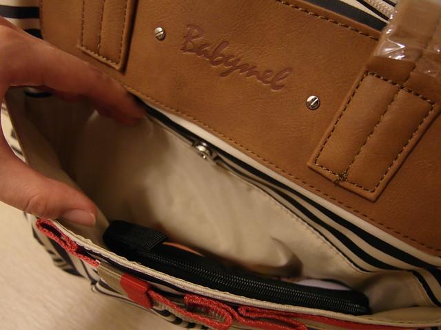 Babymel CARA Navy Stripe 藍條紋卡拉包,外部口袋是磁扣式的