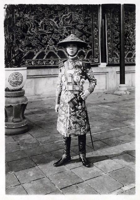 1919 Sa Majesté Khai Dinh, empereur d'Annam, en tenue de général