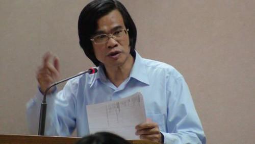 水患治理監督聯盟委員梁蔭民認為台灣生命力強,居然會有無生物的海岸,太令人驚訝。(攝影:潘忠政)