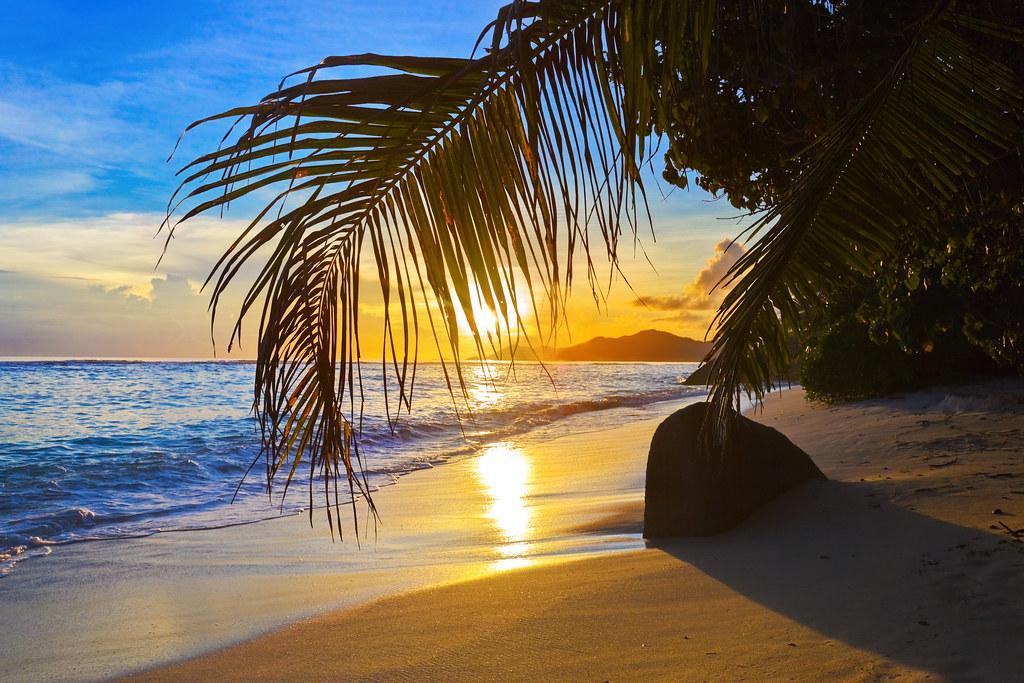 夕日に照らされるセーシェルのビーチ