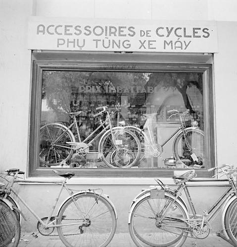 Taxis et commerces de Saïgon.