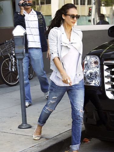 jessica_alba_jacket_ripped_jeans- white jacket- cool casual simple outfit