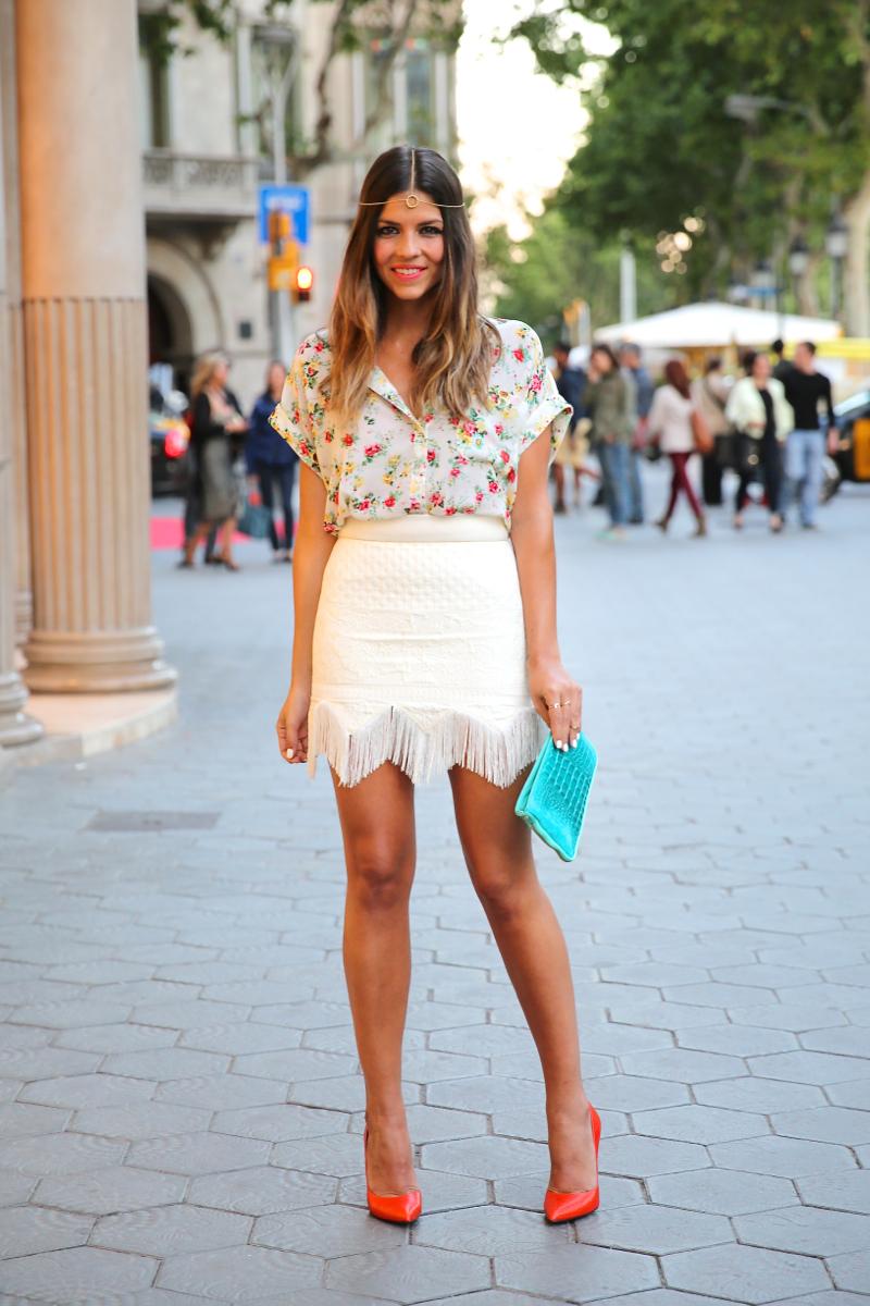 trendy_taste-look-outfit-hotel_majestic-street_style-ootd-blog-blogger-fashion_spain-moda_españa-falda_flecos-fringes_skirt-mas34-mango-blusa_flores-primaver_verano-zapatos_naranjas-tocado_dorado-8