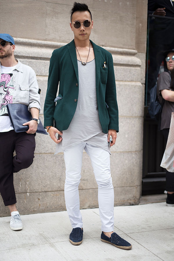 グリーンテーラードジャケット×ライトグレーTシャツ×白パンツ×紺ローファー