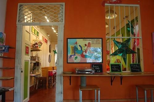 Ein farbenfrohes Cafe in Pondicherry mit moderner Kunst an den Wänden