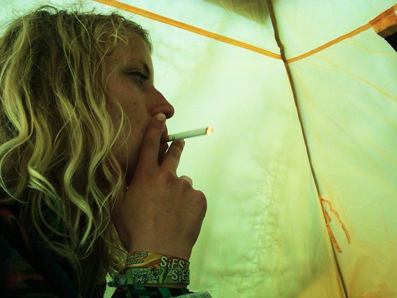 tyckte att det var en bra idé att röka i tältet också