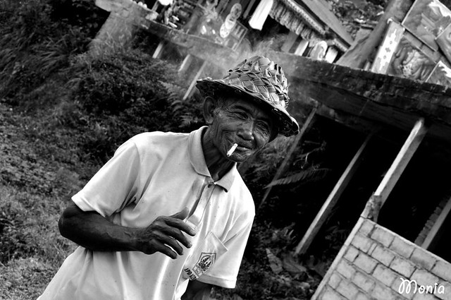 non accettate sigarette dagli sconosciuti... don't accept a cigarette from unknown people...   bali, indonesia