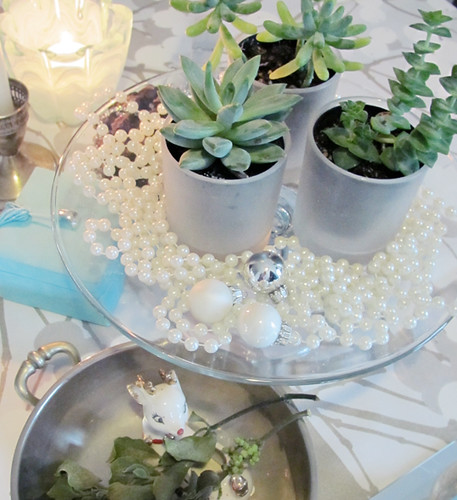 holiday succulents and pearls and mistletoe+christmas talbe