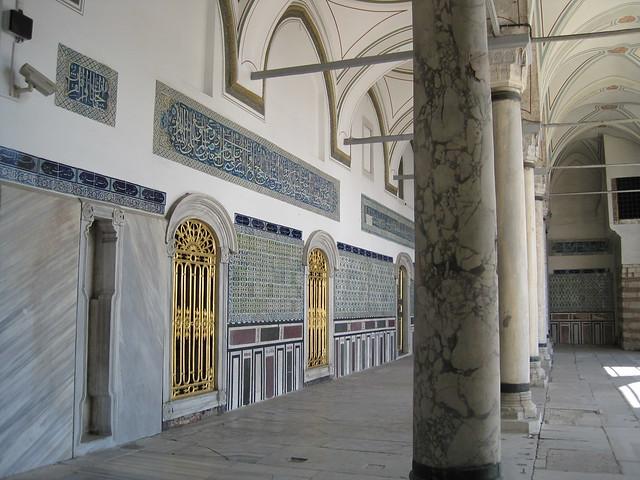 Palais de topkap corridor piliers dans la 4 me cour flickr photo sharing - Faience corridor ...