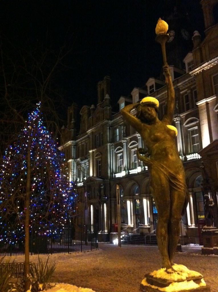 La ciudad de Leeds está engalanada en cada plaza con colores, luces, esculturas, ... que hacen que cada paseo sea una maravilla.