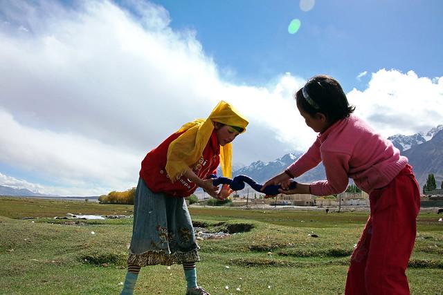 タシュクルガン湿地帯で洗濯する少女たち