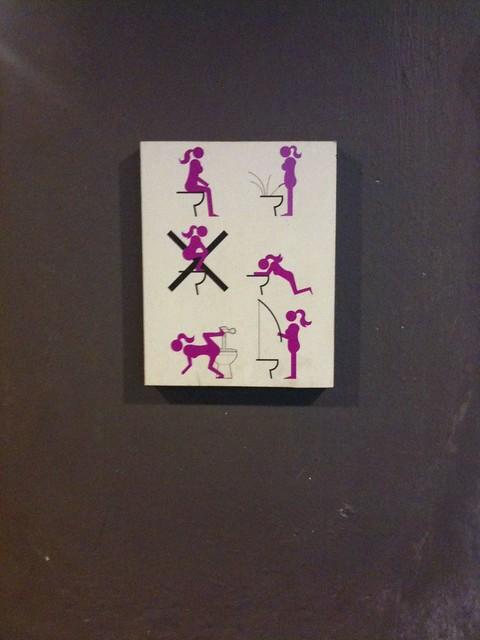 365 bilder nr 9. Tema offentliga toaletter.  Skylt på vägge ...