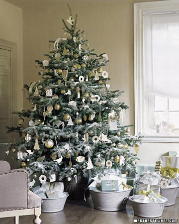Árbol de Navidad decorado en oro y blanco