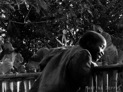 light boy fence wait curiosity attesa bambino curiosità staccionata