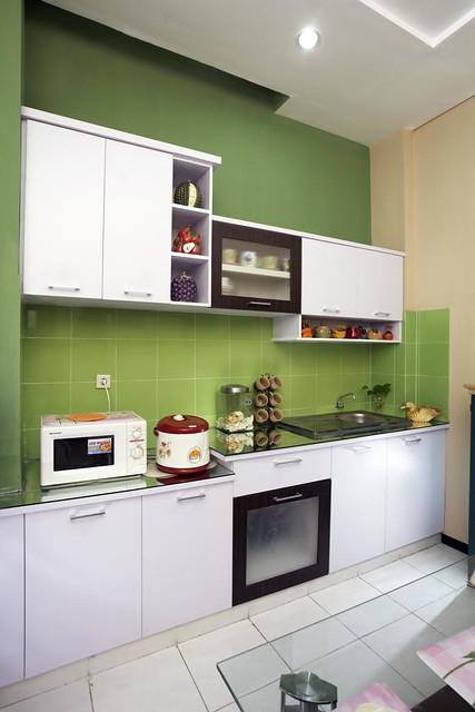 Dapur dengan desain minimalis yang didominasi warna hijau for Kitchen set hijau