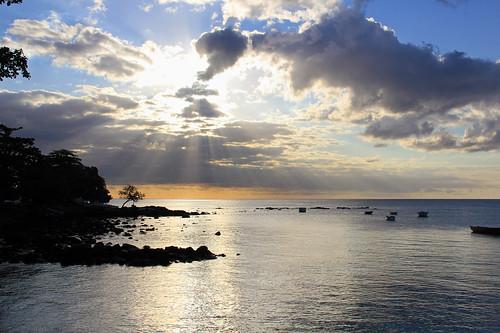 ocean sunset sea sun tree beach boats island maurice indianocean ile shore tropical rays mauritius trouauxbiches 550d