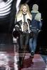 Модные дубленки 2012 короткие.  Укороченная дубленка 2012 черного цвета с высоким воротником на белом меху.