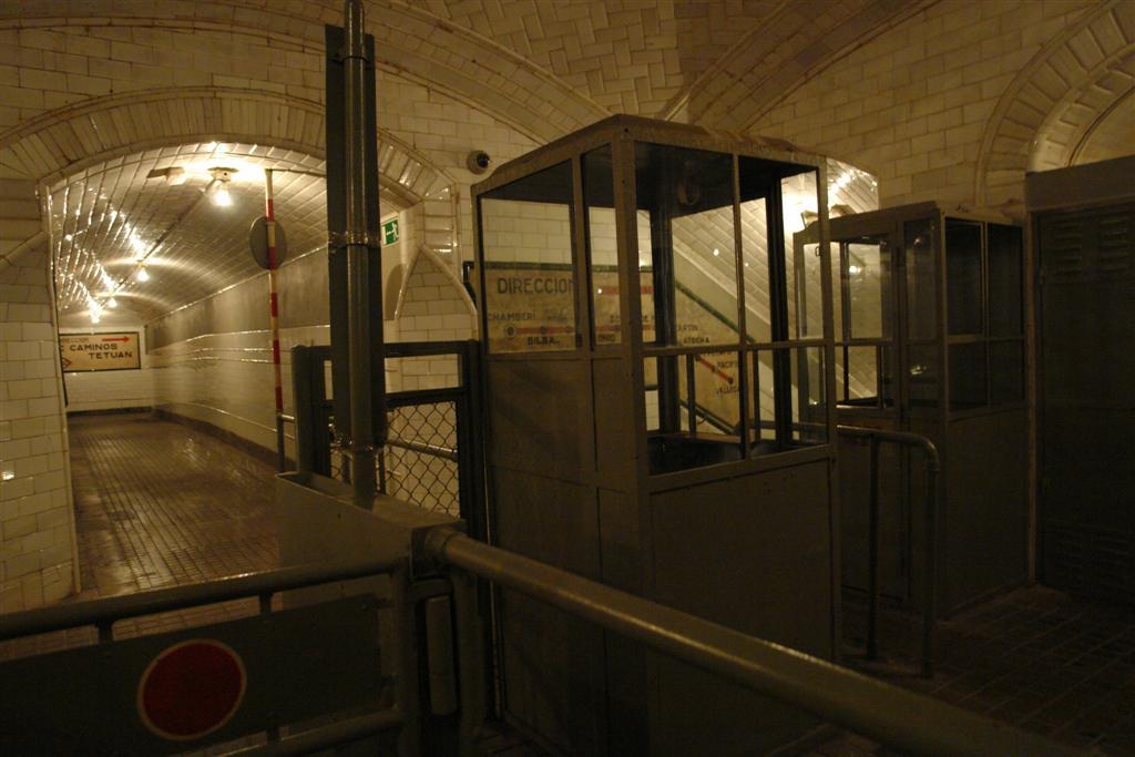 Fantasmagórica entrada y taquillas de la estación fantasma de Chamberí Fantasmas bajo la ciudad de Madrid - 5379834105 b3a443b09b o - Fantasmas bajo la ciudad de Madrid