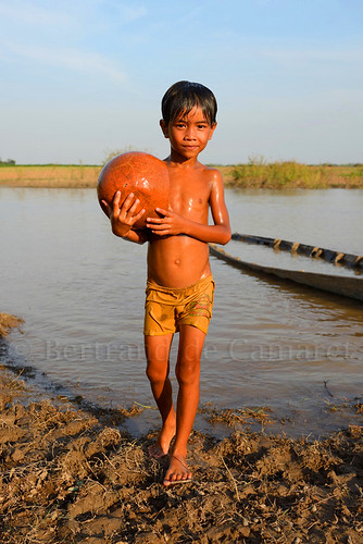 sunset portrait orange water vertical ball river boat asia cambodge cambodia eau child riviere ballon ngc balloon asie bateau enfant mekong coucherdesoleil nationalgeographic kampongcham bertranddecamaret