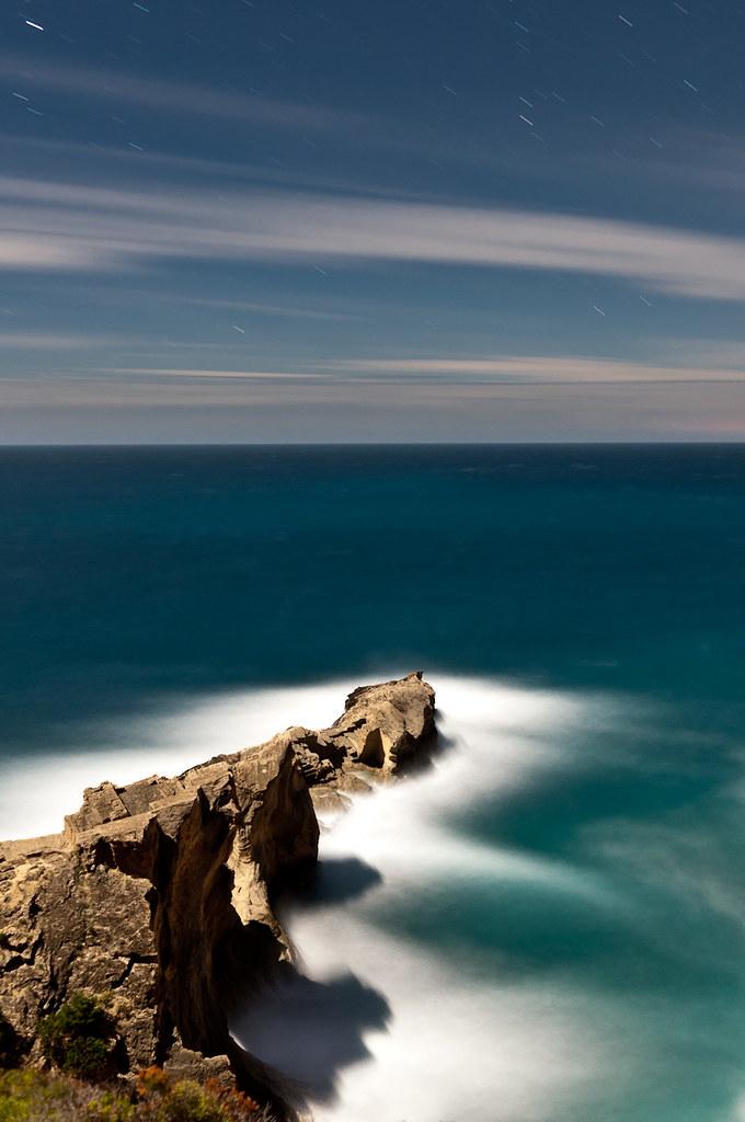 lueven estrellas sobre el mar, el viento convierte la orilla en un maremagnum