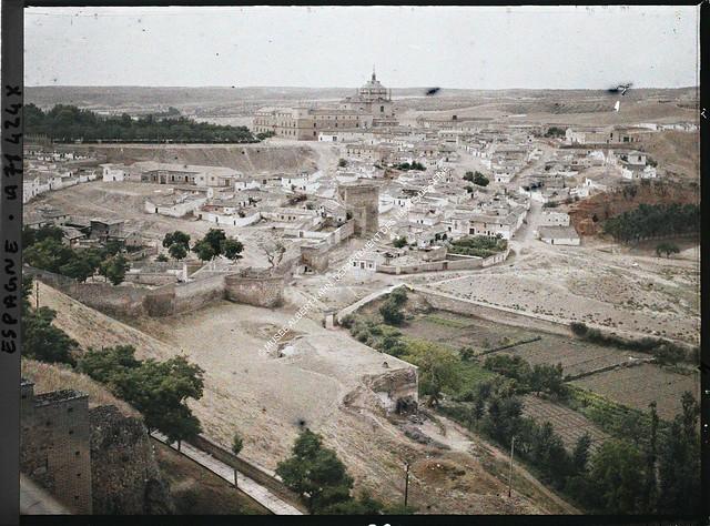 Vista de la zona de la Puerta del Vado con el Hospital Tavera al fondo entre el 15 y el 17 de junio de 1914. Autocromo de Auguste Léon. © Musée Albert-Kahn - Département des Hauts-de-Seine