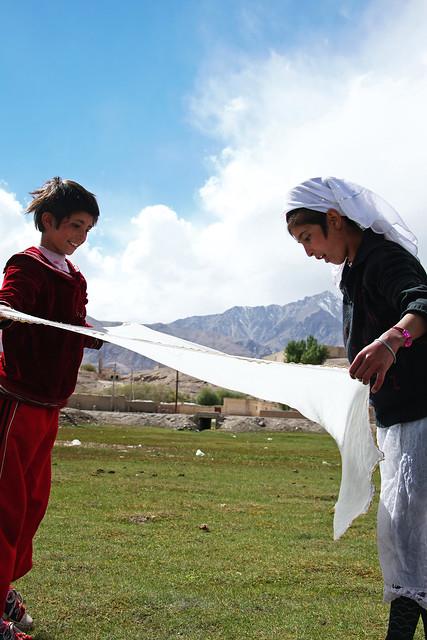 タシュクルガン、洗濯をする少女たち
