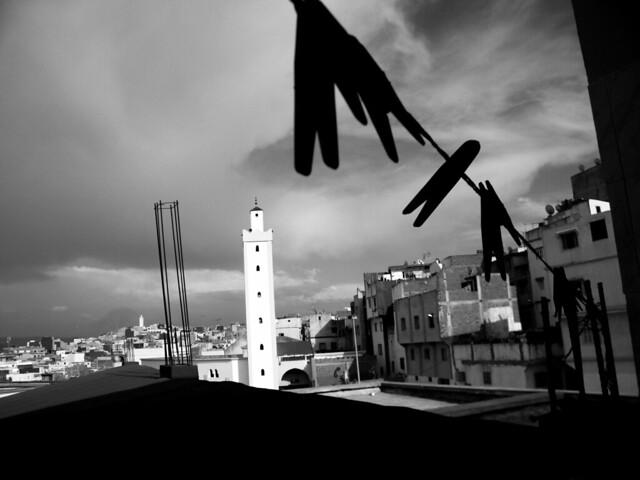 Tanger, pinzas de la ropa y alminar.