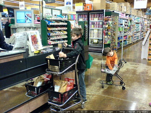 boys helping @ the grocery store   DSC03776.JPG