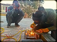 2011年,阿富汗賈拉拉巴德的家庭式焊接作業,在住宅的後院進行著(照片由Perez Partensky提供)。