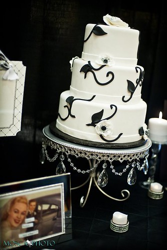 MoscaPhoto- Portland Wedding Photography Luxe Booth8 Cake By Simply Sweets