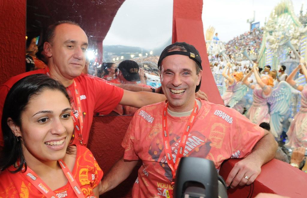 Dudu Braga assiste ao desfile da Beija Flor