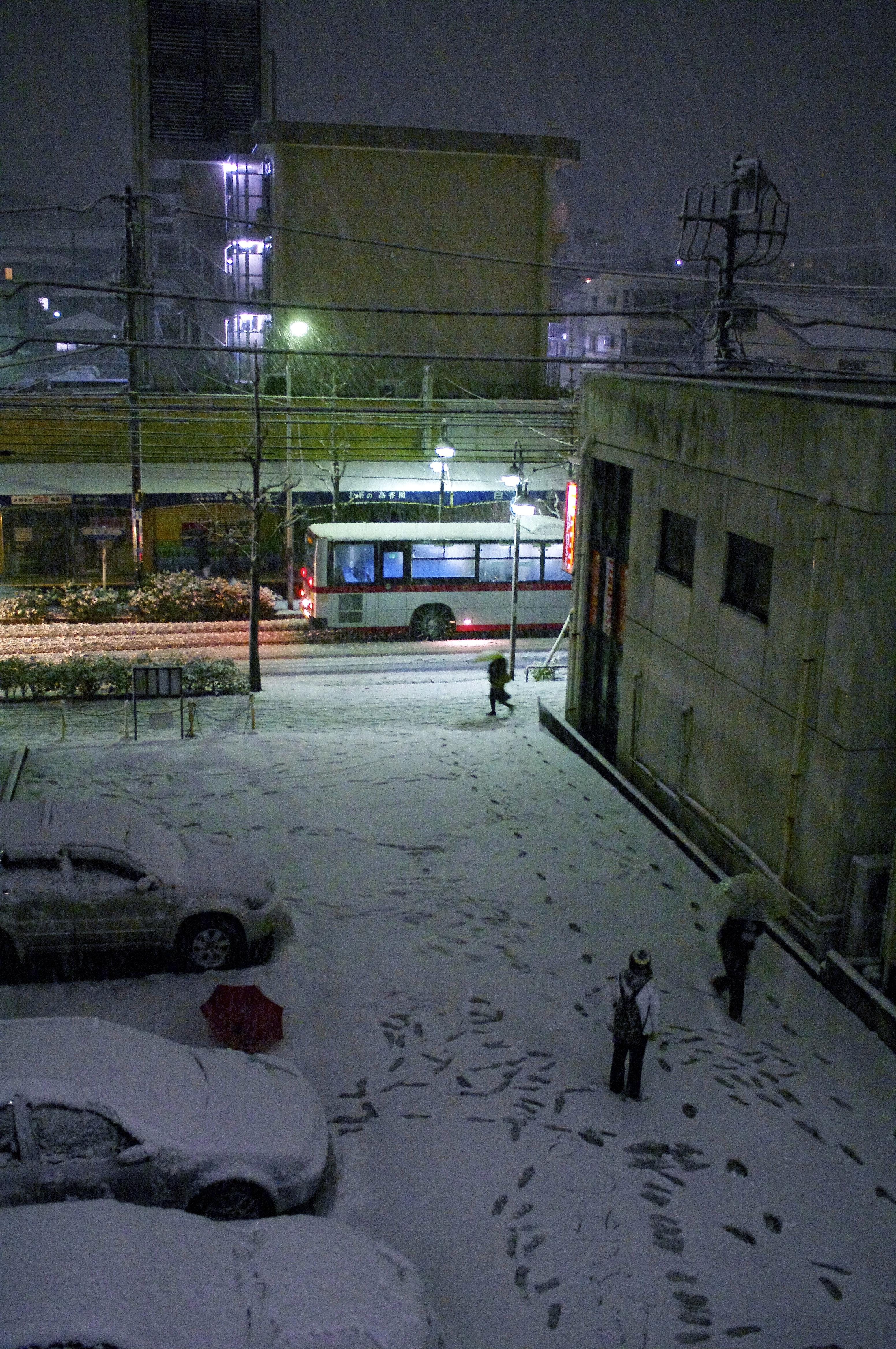 ただ積もる雪の中高校生が2人