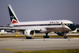 11al - Delta Air Lines Boeing 757-232; N686DA@FLL;30.01.1998