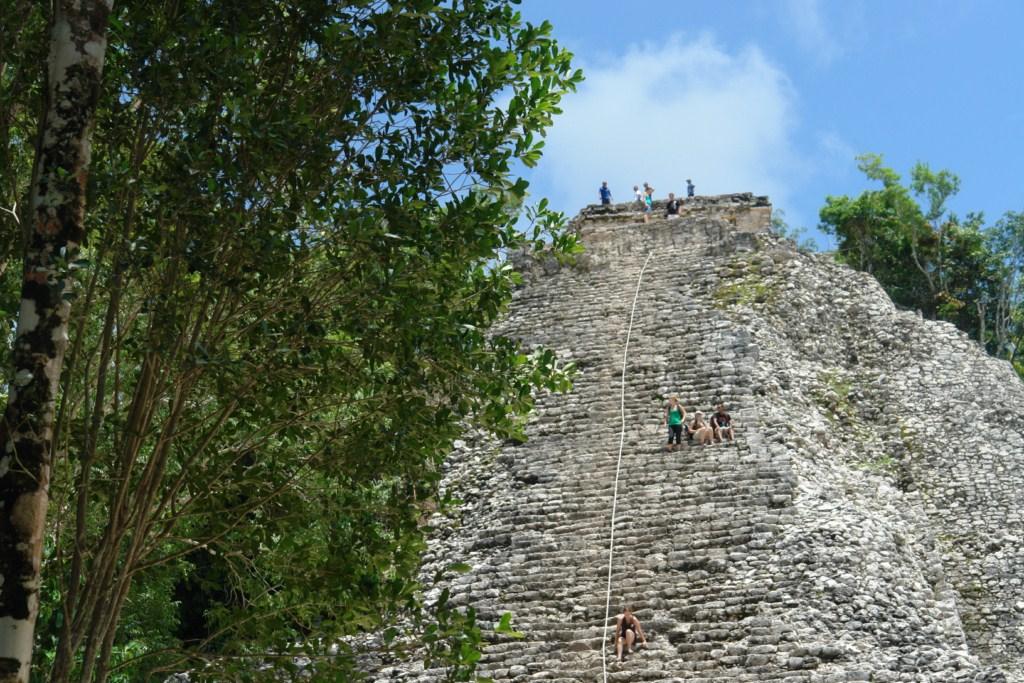 La pirámide del Nohoch Mul tiene una altura de 42 metros, con una inclinación muy fuerte que hace la escalada hasta la cumbre una tarea arriesgada. La mayor parte de las inscripciones datan del siglo VII y hay numerosas evidencias indican que la construcción y reparación de los edificios continuó hasta el siglo XIV. cobá, la apocalíptica ciudad del fin del mundo - 5477298812 3be8951055 o - Cobá, la apocalíptica ciudad del fin del mundo