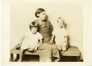 Winifred May de Kok (1893-1969) and her children