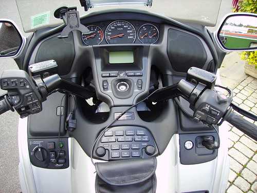 trip honda computer technology monitor pullman dashboard ergonomics rétroviseur monitoring information goldwing roadbike technologie grandtourisme manette poignée bouton interrupteur pentaxoptio cadran compteur gl1800 routière ergonomie tableaudebord hautparleur pentaxoptio50 réglage ordinateurdebord embarqué motorcycledash