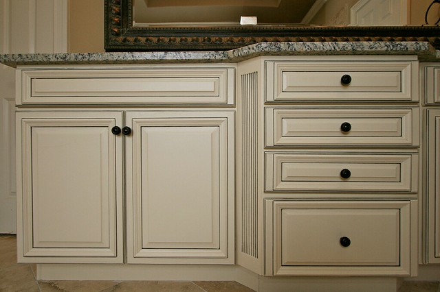 Franklin french vanilla charcoal pen glaze cabinets for Betahomes kitchen cabinets