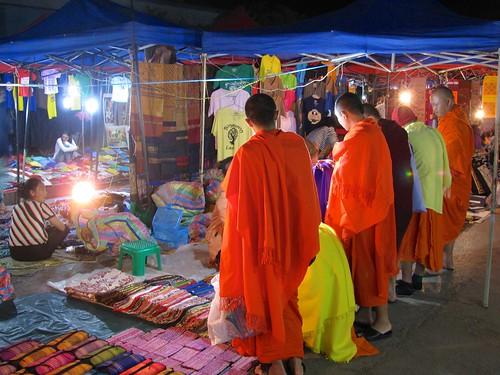 Monjes en Mercado Nocturno de Artesanía