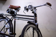 electric bicycle(0.0), mountain bike(0.0), bmx bike(0.0), sports equipment(0.0), hybrid bicycle(0.0), cyclo-cross bicycle(0.0), racing bicycle(0.0), tarmac(0.0), road bicycle(1.0), wheel(1.0), vehicle(1.0), land vehicle(1.0), bicycle frame(1.0), bicycle(1.0),