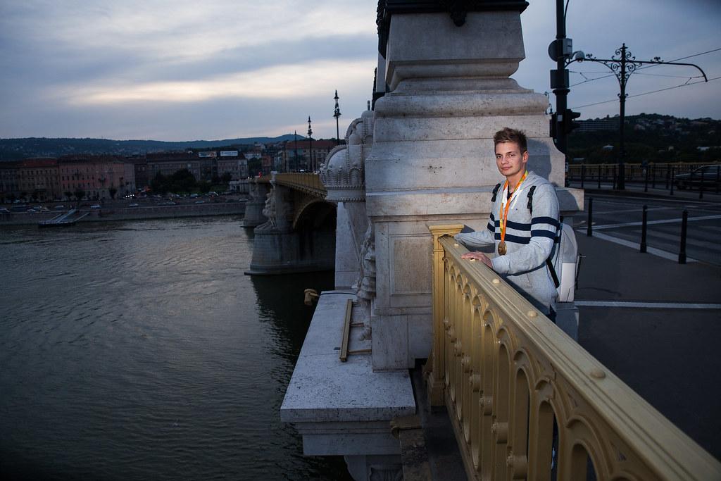 Tóth Tamás úszó, aki S9 kategóriában 100 méter háton aranyérmet szerzett, a budapesti Margit hídon, ahol gyakran átsétál | Fotó: Magócsi Márton