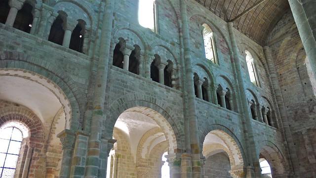 P1080828 France, Mont-Saint-Michel, bas-côté, triforium et fenêtre du mur sud de la nef de l'église abbatiale (XIe siècle)