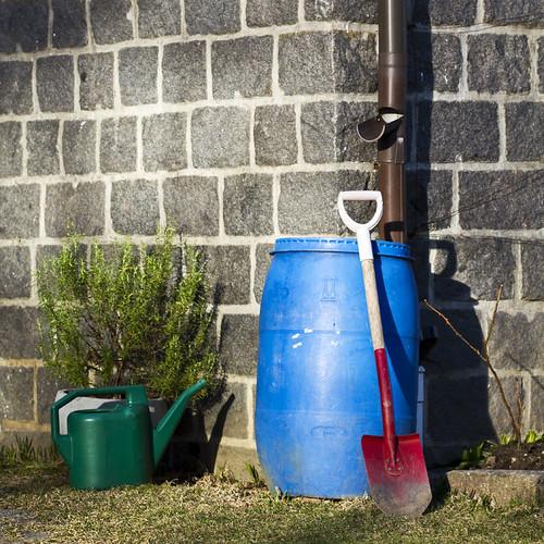 blue red house green rain garden colours sweden barrel sverige valdemarsvik spade canonef100mmf28macrousm canoneos7d